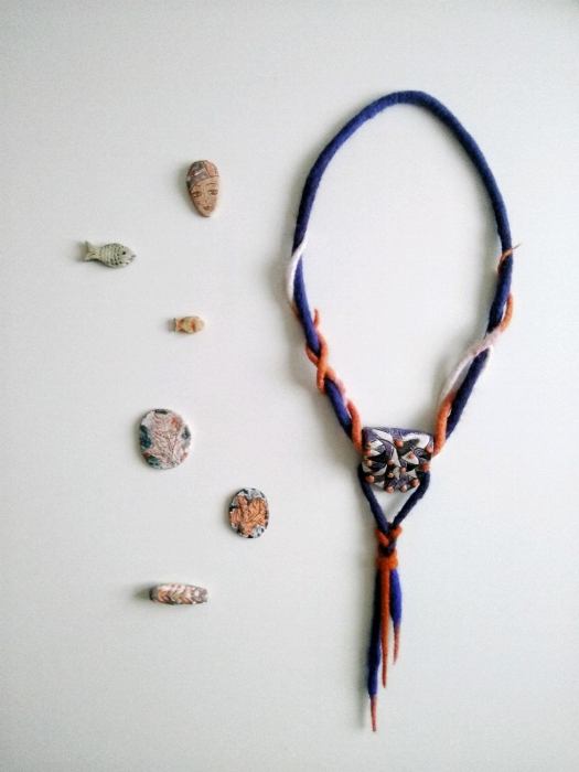 Колье-галстук из керамики и войлока